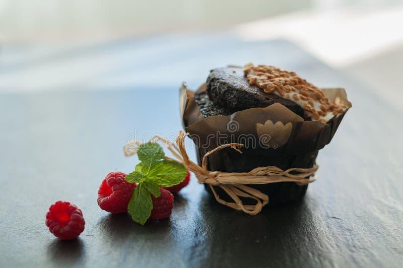 Download Queque Do Chocolate Com Framboesas Imagem de Stock - Imagem de muffin, bolo: 80101509