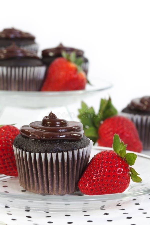 Queque do chocolate com morango fresca fotografia de stock royalty free