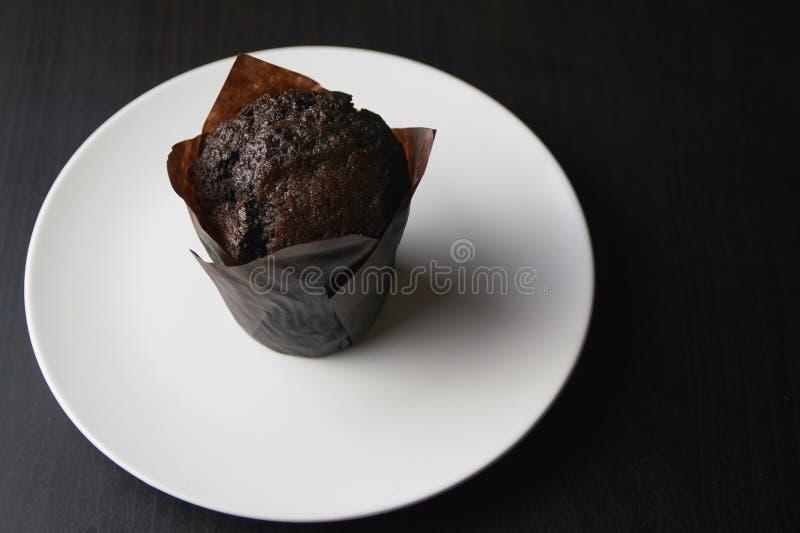 Queque do chocolate em uma placa branca fotos de stock royalty free