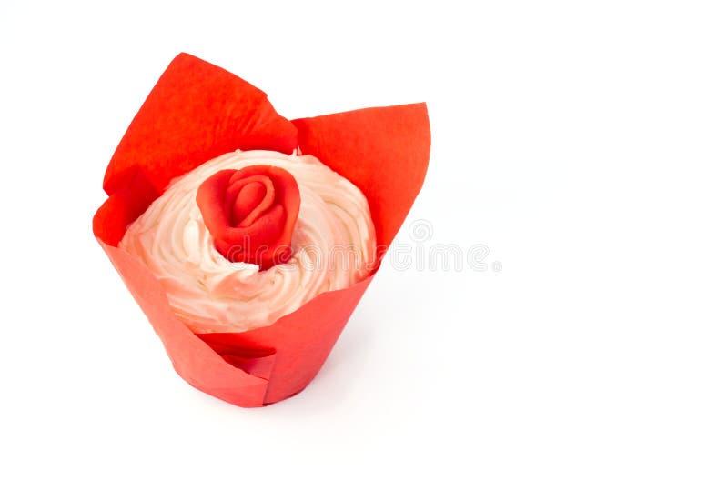 Queque dos Valentim com a Rosa vermelha no branco imagem de stock
