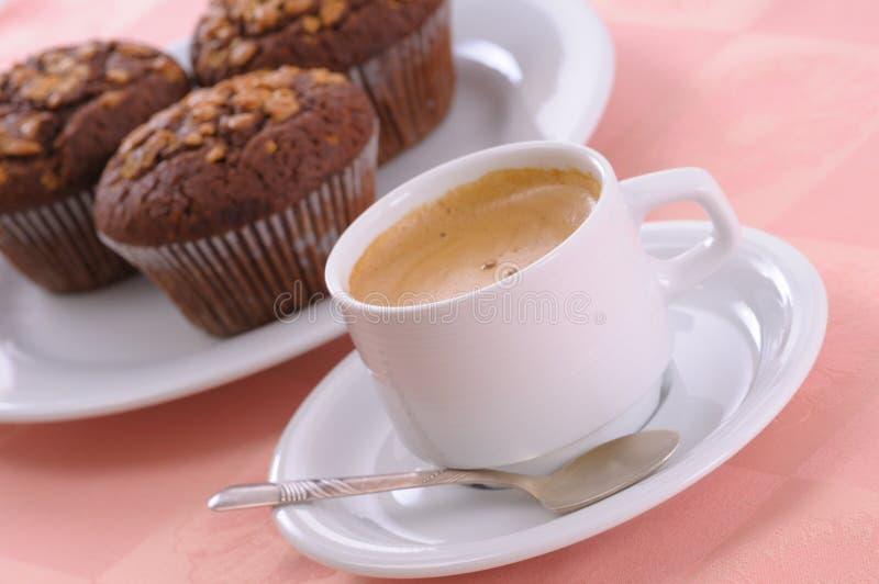 Queque e café da microplaqueta de chocolate fotografia de stock royalty free
