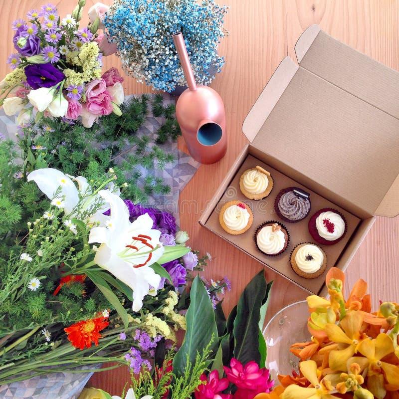 Queque e flores imagem de stock