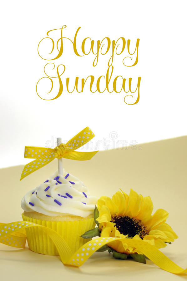 Queque e girassol amarelos do tema com domingo feliz imagens de stock royalty free