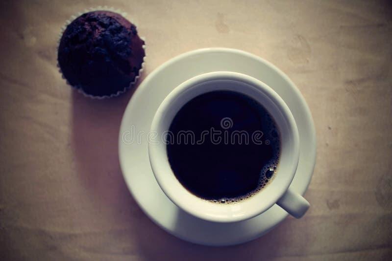 Queque e uma chávena de café fotos de stock