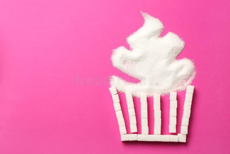 Queque feito do açúcar no fundo da cor imagens de stock royalty free