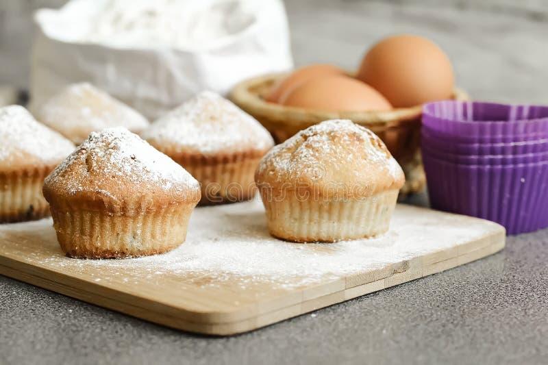 Queque fresco na tabela cozida em casa Café da manhã delicioso FO fotos de stock royalty free