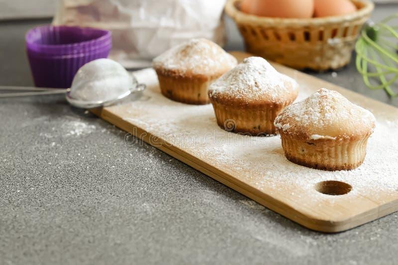 Queque fresco na tabela cozida em casa Café da manhã delicioso FO fotos de stock