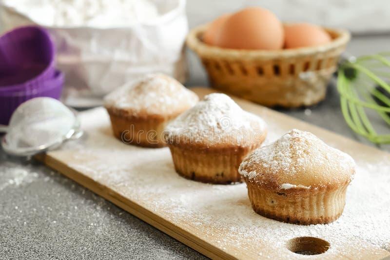Queque fresco na tabela cozida em casa Café da manhã delicioso FO fotografia de stock