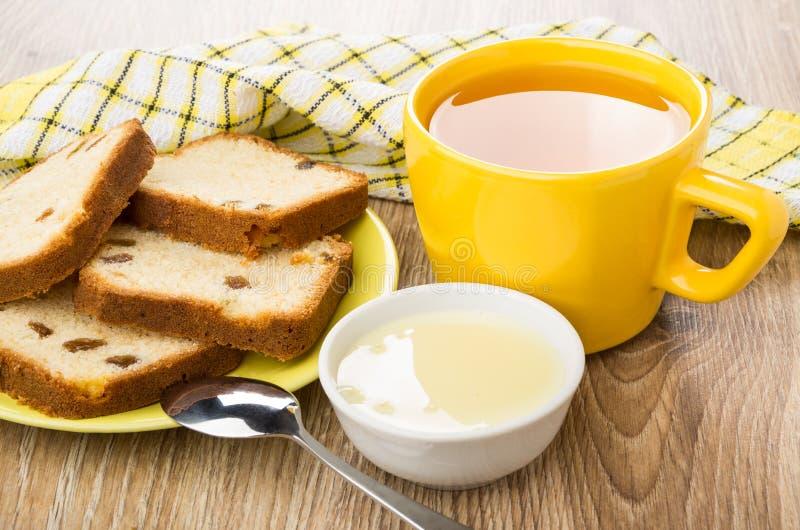 Queque nos pires, bacia com leite condensado, copo do chá fotografia de stock royalty free