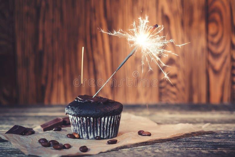 Queque saboroso do chocolate com chuveirinho Queque do aniversário no fundo de madeira Queque delicioso para o partido Cartão de  foto de stock royalty free