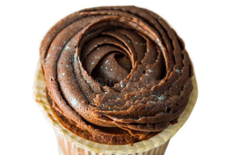 Queque saboroso do chocolate isolado no fundo branco imagens de stock