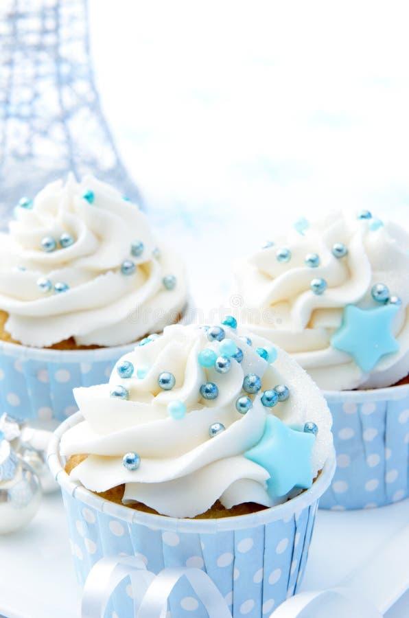 Queques azuis brancos de prata do Natal fotos de stock royalty free
