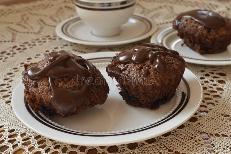 Queques caseiros do chocolate imagens de stock