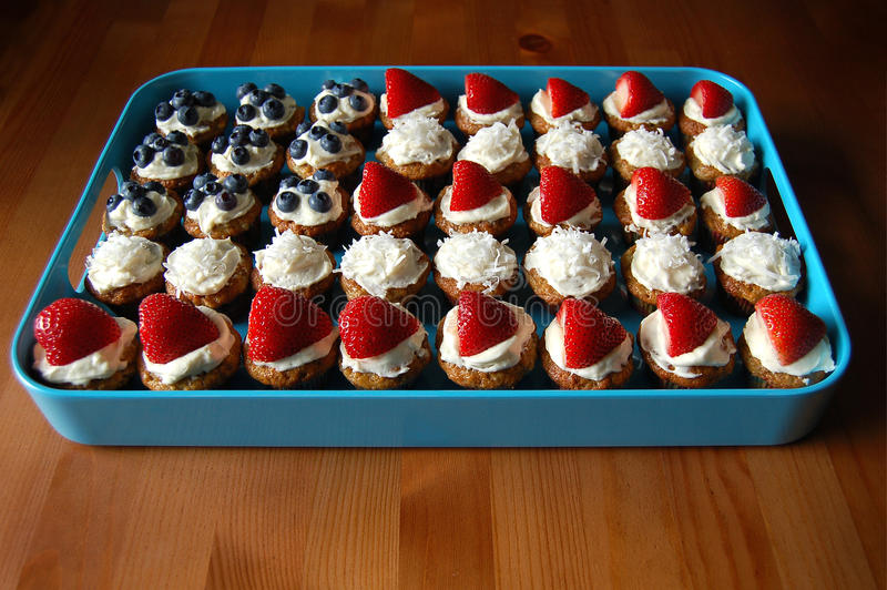 Download Queques coloridos foto de stock. Imagem de do, cupcakes - 10062750