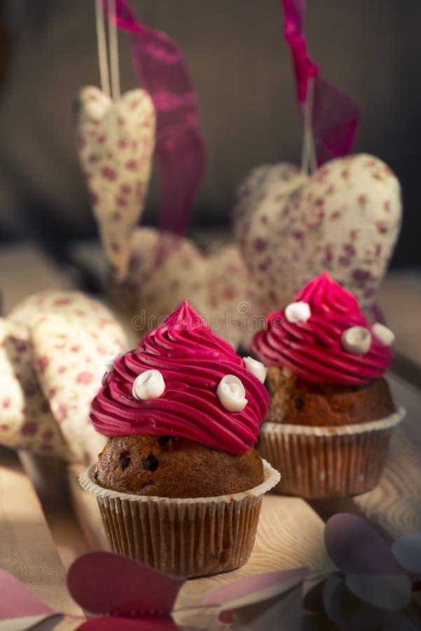 queques com as rosas de creme e brancas cor-de-rosa fotografia de stock royalty free