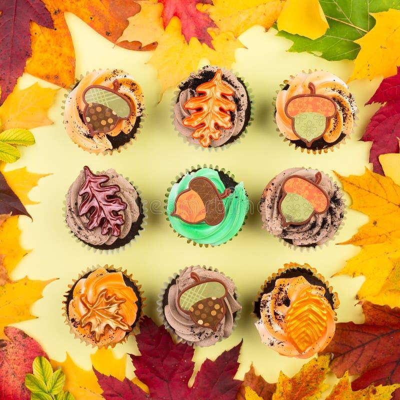 Queques com Autumn Leaves fotografia de stock royalty free