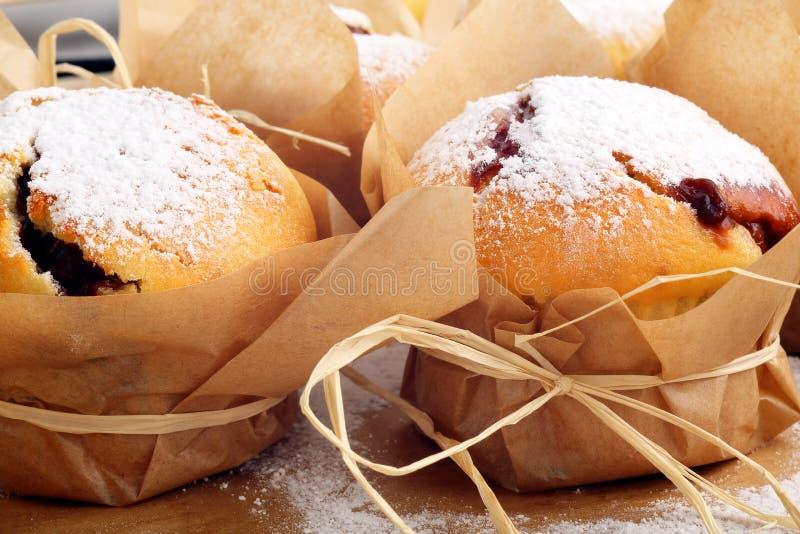Queques com o doce polvilhado com o açúcar pulverizado imagens de stock royalty free