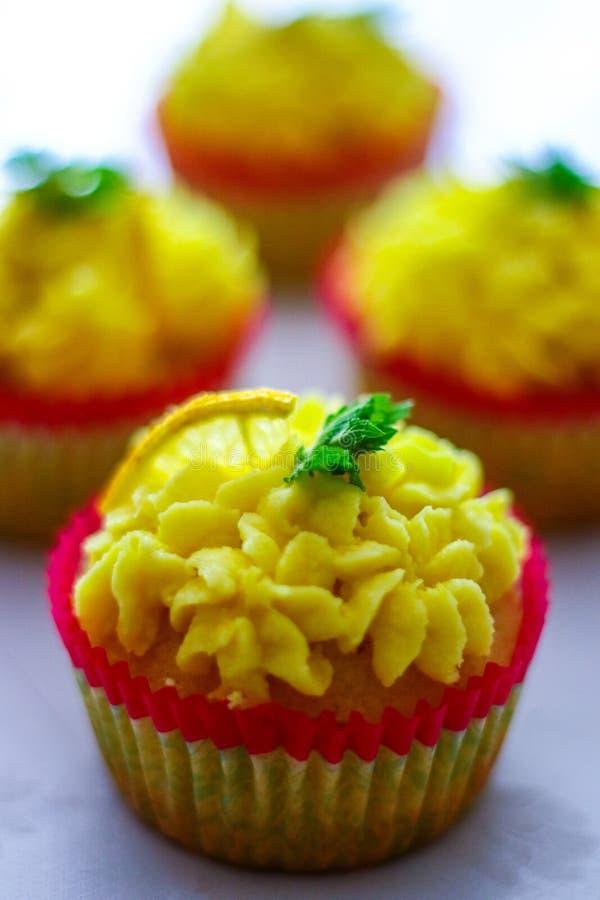 Queques com um queque do limão na parte dianteira, foco raso, foco no buttercream do limão imagens de stock