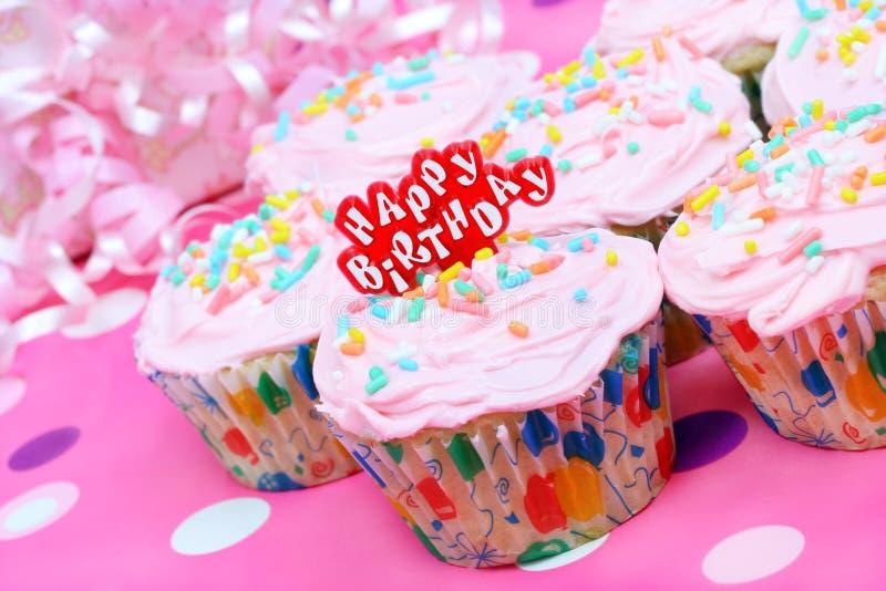 Queques consideravelmente cor-de-rosa do aniversário imagem de stock