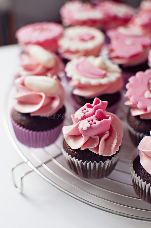 Queques cor-de-rosa do chuveiro de bebê imagem de stock