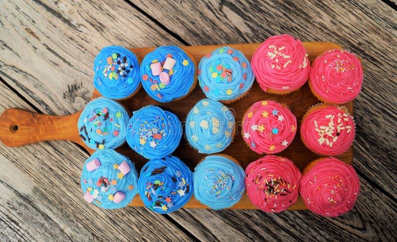 Queques cor-de-rosa e azuis imagem de stock