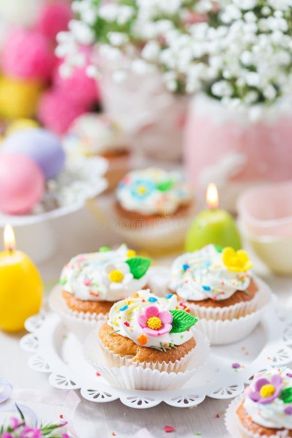 Queques da Páscoa com flores do açúcar fotos de stock royalty free