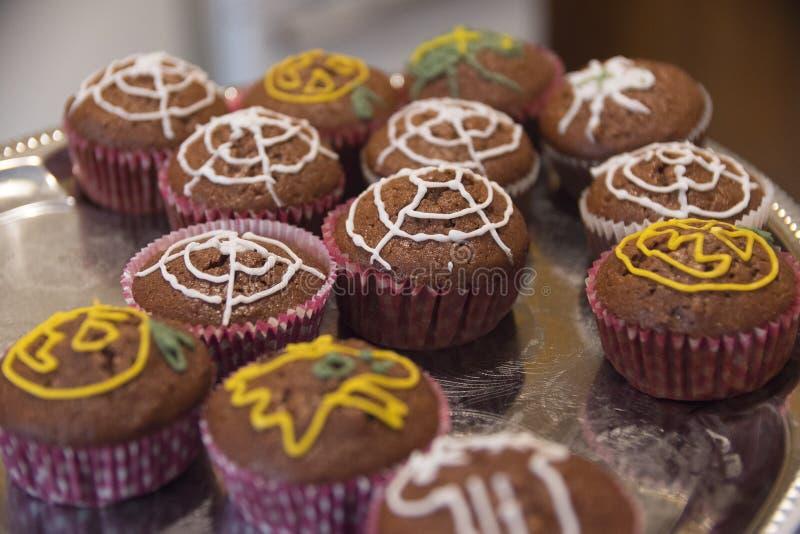 Queques de Dia das Bruxas com decoração da teia de aranha fotografia de stock royalty free