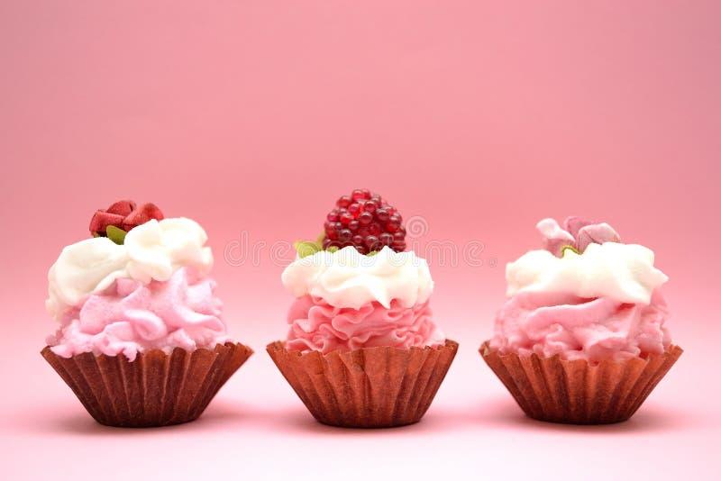 Queques de menina cor-de-rosa do aniversário foto de stock royalty free