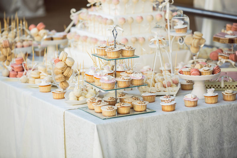 Queques do casamento na tabela do casamento imagens de stock
