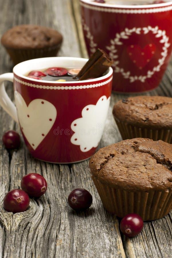 Queques do chocolate com caneca do Natal fotografia de stock royalty free