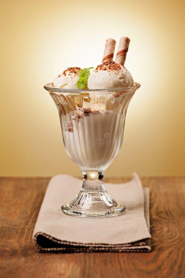 Queques do chocolate e feijões de café deliciosos imagem de stock royalty free