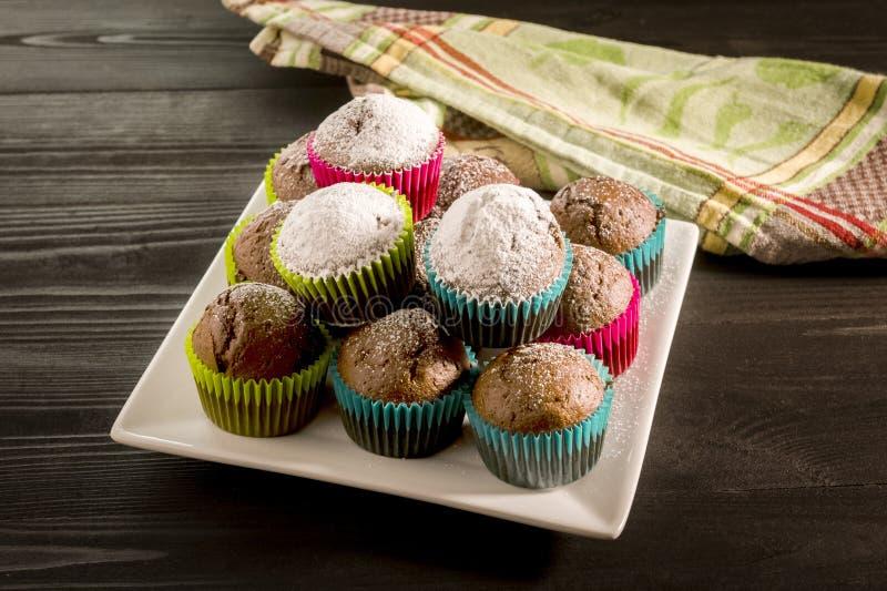 Queques do chocolate polvilhados com o açúcar de crosta de gelo imagens de stock royalty free