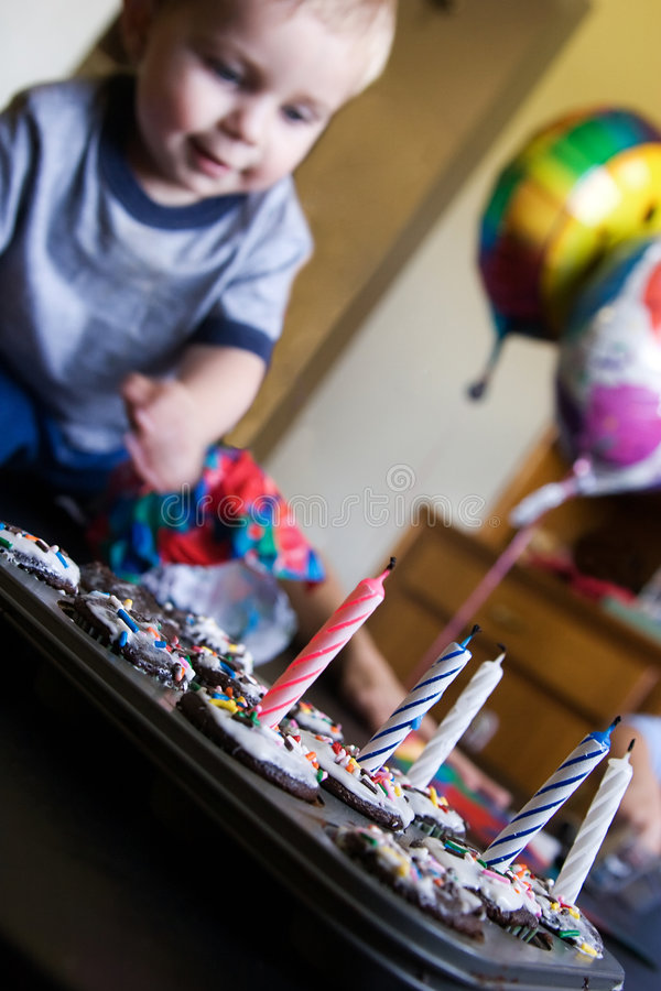 Queques do menino e do aniversário fotos de stock