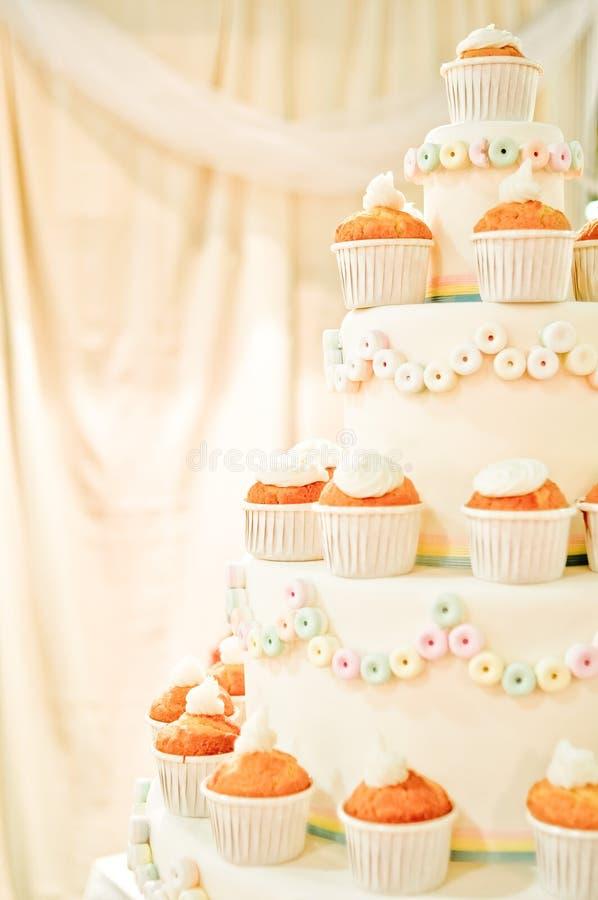Queques do whith do bolo de casamento foto de stock royalty free