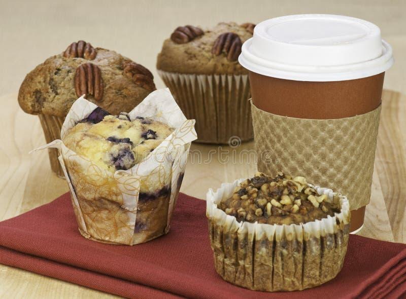 Queques e café imagens de stock royalty free