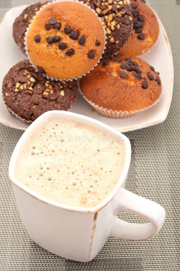 Queques e chávena de café imagem de stock royalty free
