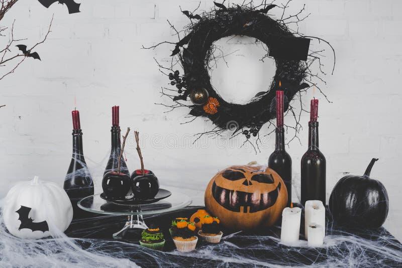 Queques e decorações de Dia das Bruxas fotos de stock