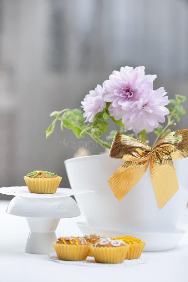 Queques e flores imagem de stock royalty free
