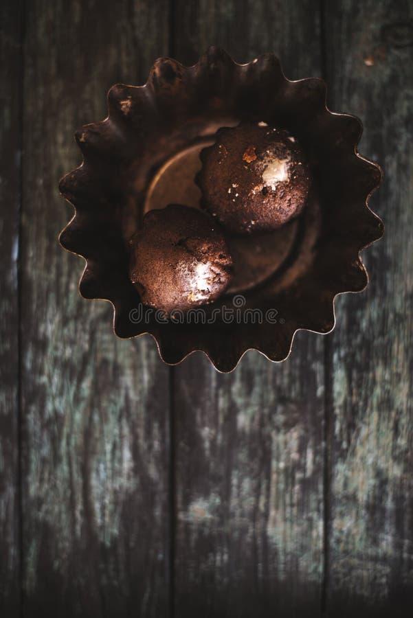 Queques em um fundo de madeira escuro em um prato do ferro imagem de stock
