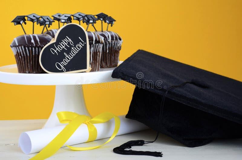 Queques felizes do chocolate do partido do dia de graduação fotos de stock royalty free
