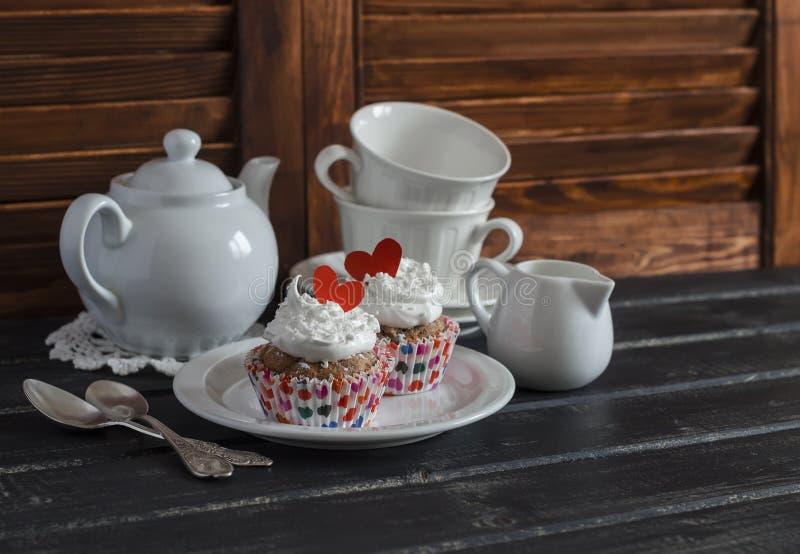 Queques românticos da aveia da banana do café da manhã do dia de Valentim e um grupo de chá fotografia de stock royalty free