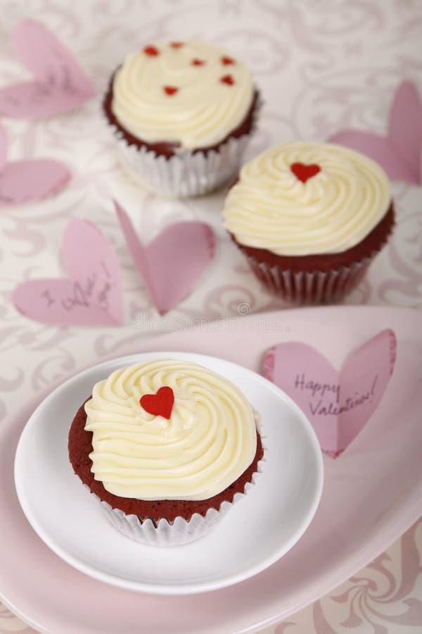 Queques vermelhos de veludo para o dia de Valentim fotografia de stock royalty free
