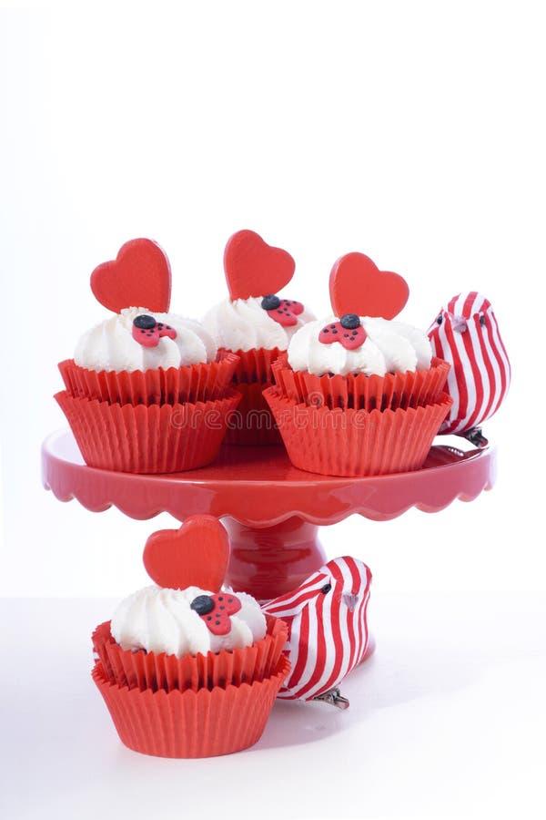 Queques vermelhos e brancos do Valentim fotos de stock royalty free