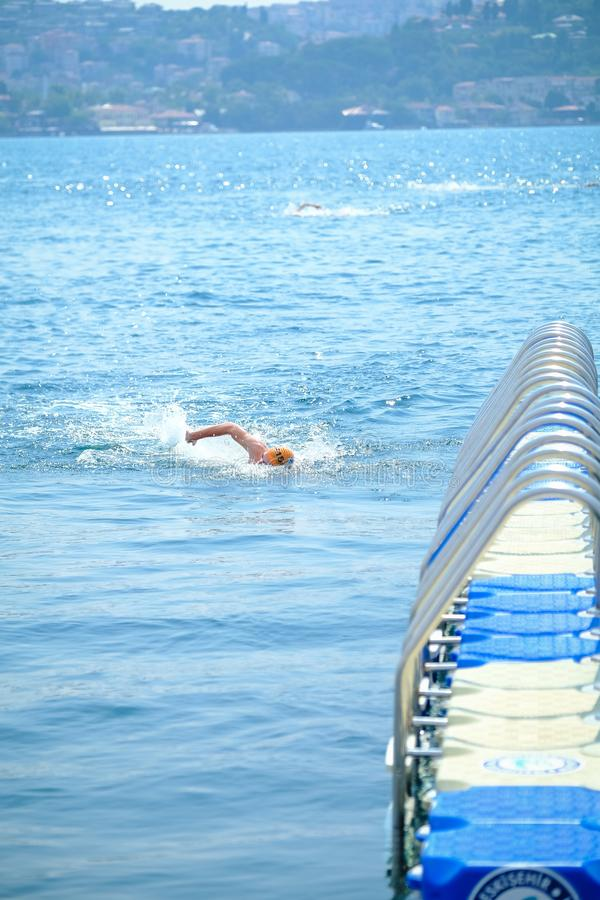 Quer-kontinentales Schwimmen-Rennen 2018 Samsungs Bosphorus stockbilder