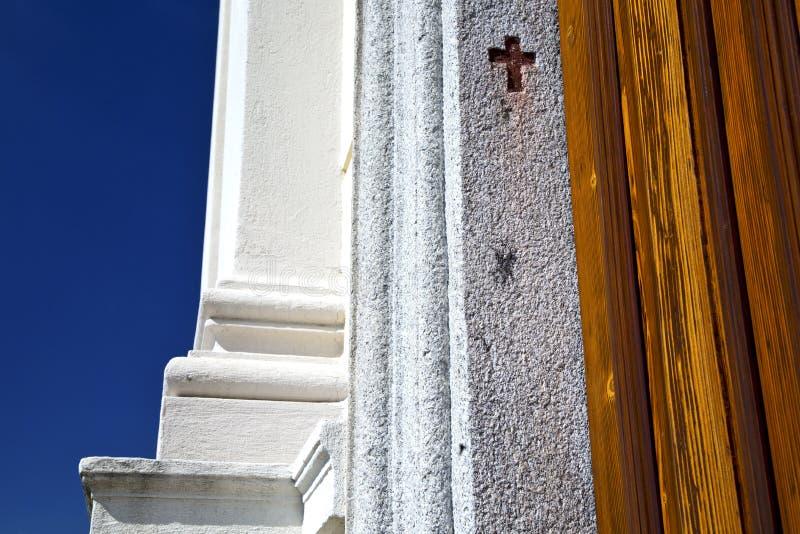 Quer-sumirago Kirche brach Himmel brike Musters sonniger Tages lizenzfreie stockfotos