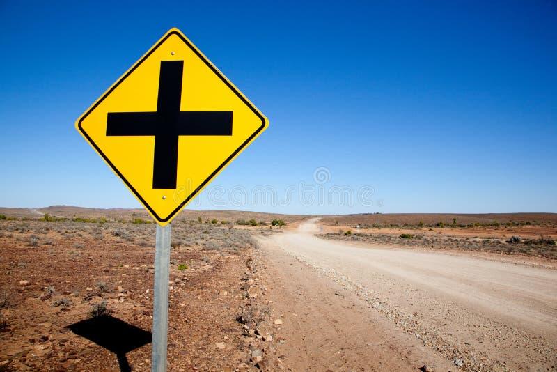 Quer- Verkehrsschild herein die Wüste von Süd-Australien stockbilder