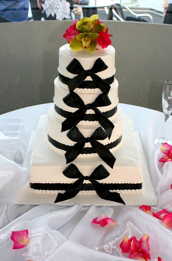 Querbinder-Hochzeitskuchen stockfoto