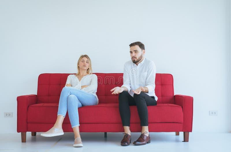 Querelle de mari avec le conflit d'épouse et les couples étant ennuyeux dans le salon, émotions négatives images stock