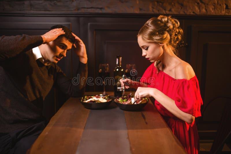 Querelle des couples dans le restaurant, mauvaise soirée photos libres de droits
