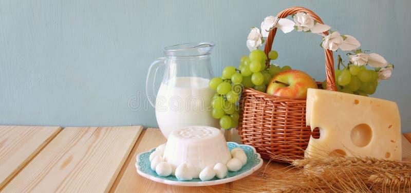 Querformatbild von Milchprodukten und Früchten lizenzfreie stockbilder
